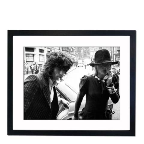 51 DNA Keith Richards in Court with Anita Pallenberg., Framed Art Print