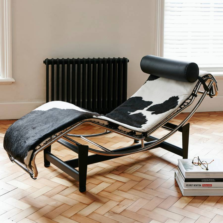 Black white cowhide le corbusier inspired chaise longue for Chaise longue le corbusier wikipedia